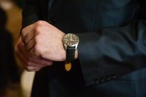 Mand i jakkesæt med lækkert ur - perfekt gave