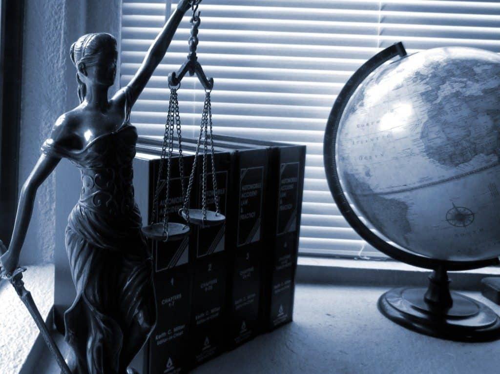 justitia-og-en-globus-jura-og-advokater