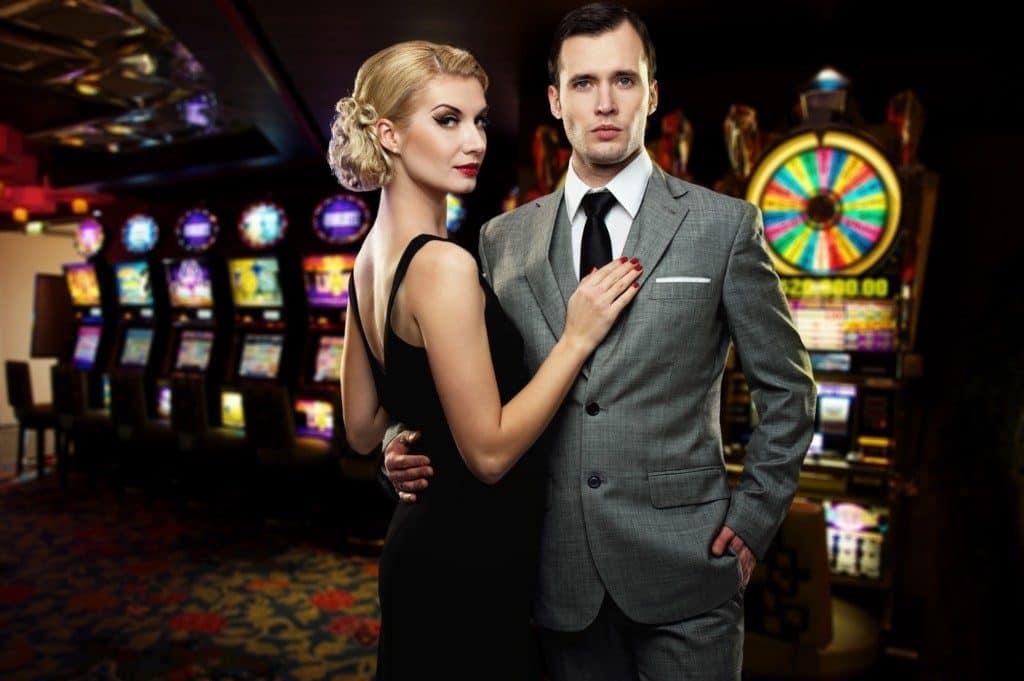 kvinde i cocktailkjole og mand i jakkesæt på casino